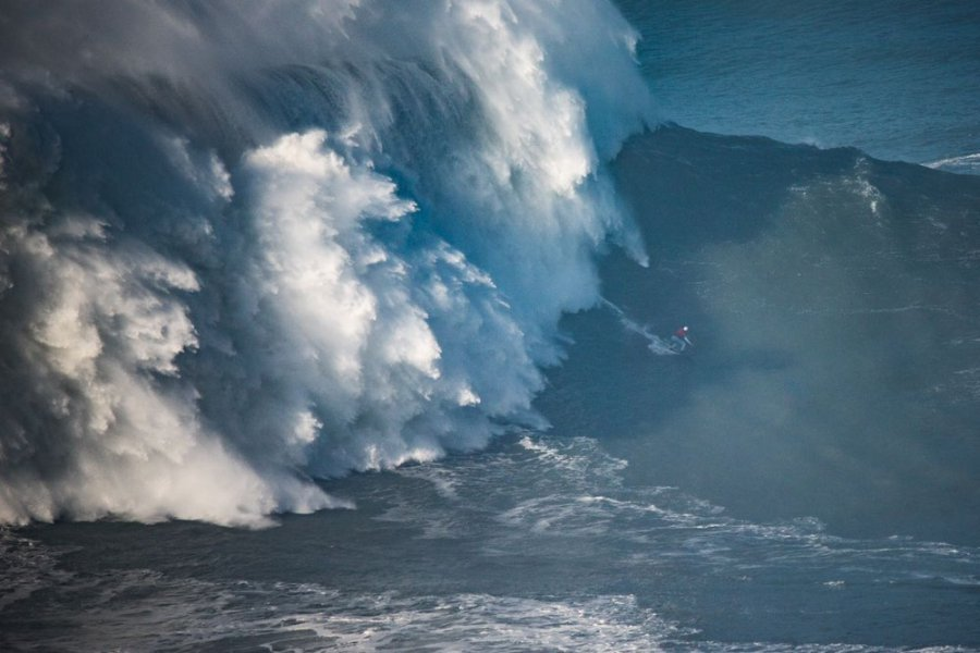 Em Nazaré, Maya Gabeira surfa onda gigante que pode entrar para o Guinness