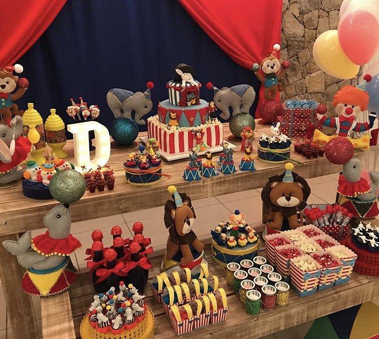 Mesa de Bolo e doces completa