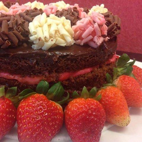 Naked cake Creme de Brigadeiro Rosa com morangos