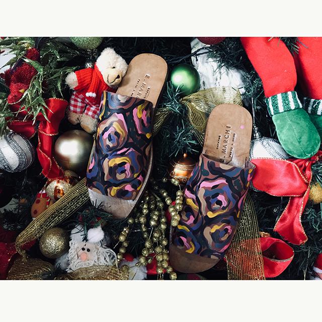 Chinelo de couro feito a mão com pintura flores Sapatos E. Marchi fabricado artesanalmente com sola de couro